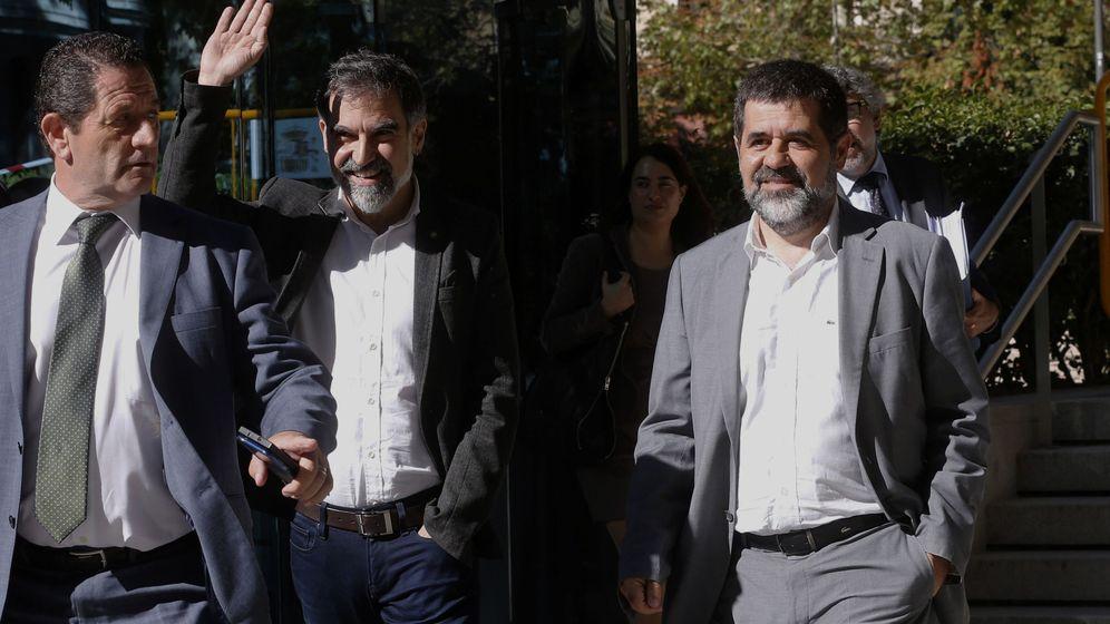 Foto: Sánchez y Cuixart abandonan la Audiencia Nacional tras declarar como investigados por sedición. (EFE)