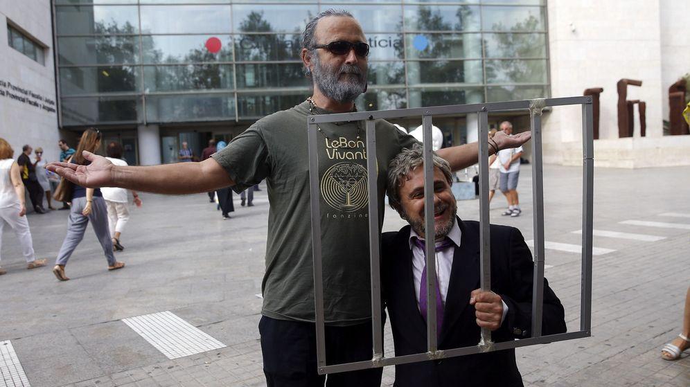 Foto: El cómico Xavi Castillo y el dibujante Lalo Kuala parodian a Alfons Rus y Marcos Benavent en Valencia. (EFE)