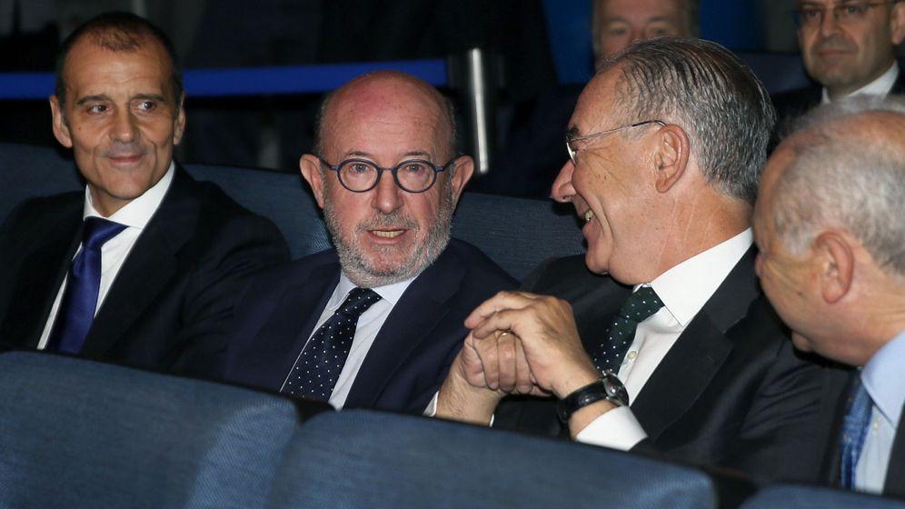 Foto: Emilio Saracho (2i), con varios directivos del banco en la junta de accionistas. (EFE)
