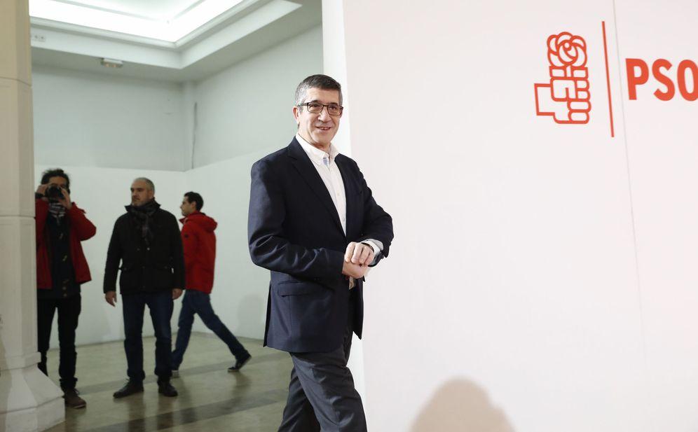 Foto: El exlendakari Patxi López, a su llegada a la presentación de su candidatura, en la Fundación Diario Madrid, este 15 de enero. (EFE)
