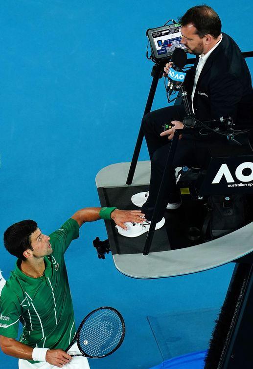 Foto: Novak Djokovic le toca la zapatilla al juez de silla tras haberle amonestado. (EFE)