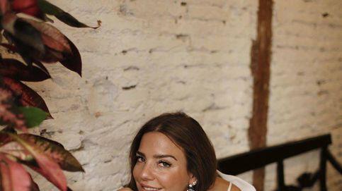 Amamos el look 'girly' de falda vaquera y top floreado de Paula Ordovás, aquí las claves