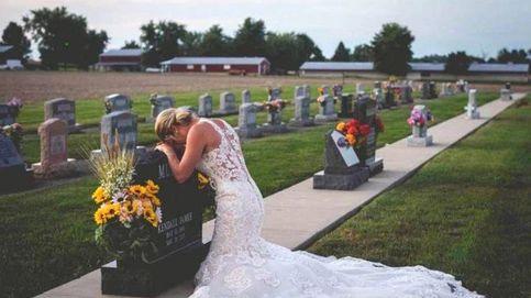 La increíble historia que hay tras la foto de esta mujer ante una tumba