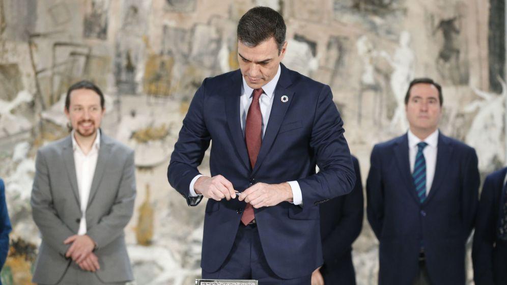 Foto: El presidente del Gobierno, Pedro Sánchez, durante la firma con patronal y sindicatos el acuerdo para subir el salario mínimo interprofesional (SMI) a 950 euros brutos mensuales en 2020 (EFE)