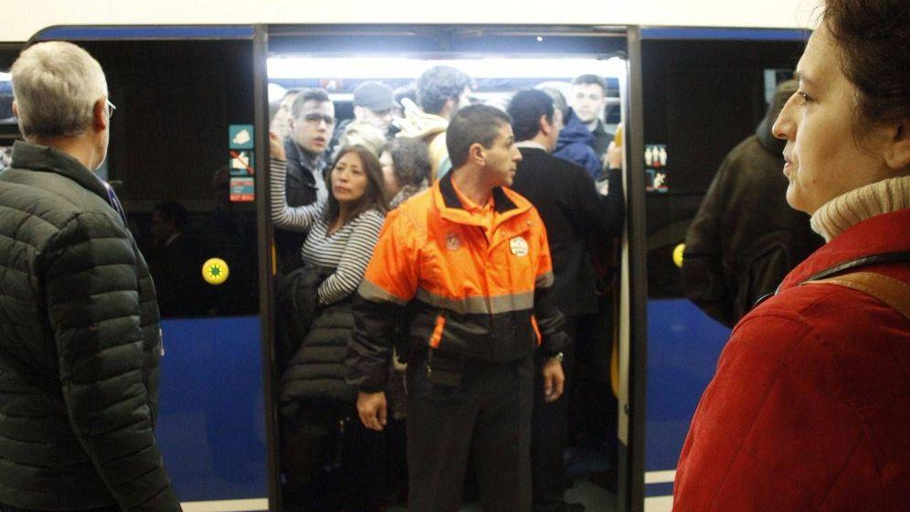 Foto: Los vigilantes del metro subrogados por Ilunion y Trablisa no cobraron sus pluses en marzo. (EFE)