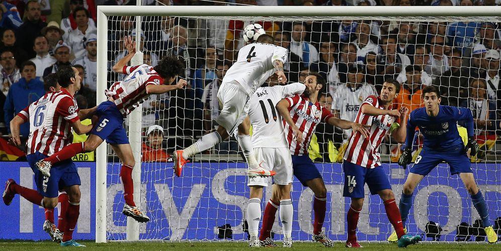 Foto: Instante en el que Sergio Ramos empezó a enterrar las esperanzas rojiblancas en la final de la Champions de 2014 (Reuters)