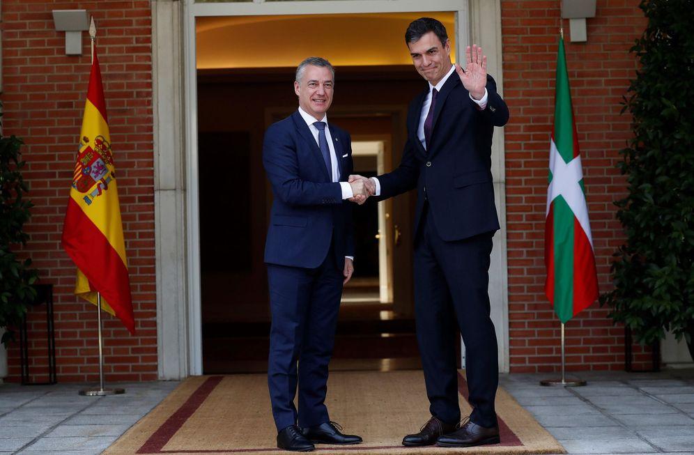 Foto: Pedro Sánchez saluda al lendakari, Iñigo Urkullu, a su llegada al palacio de la Moncloa, este 25 de junio. (EFE)