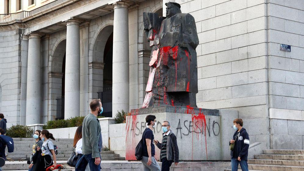 Foto: Pintadas en la estatua de Largo Caballero. (EFE)