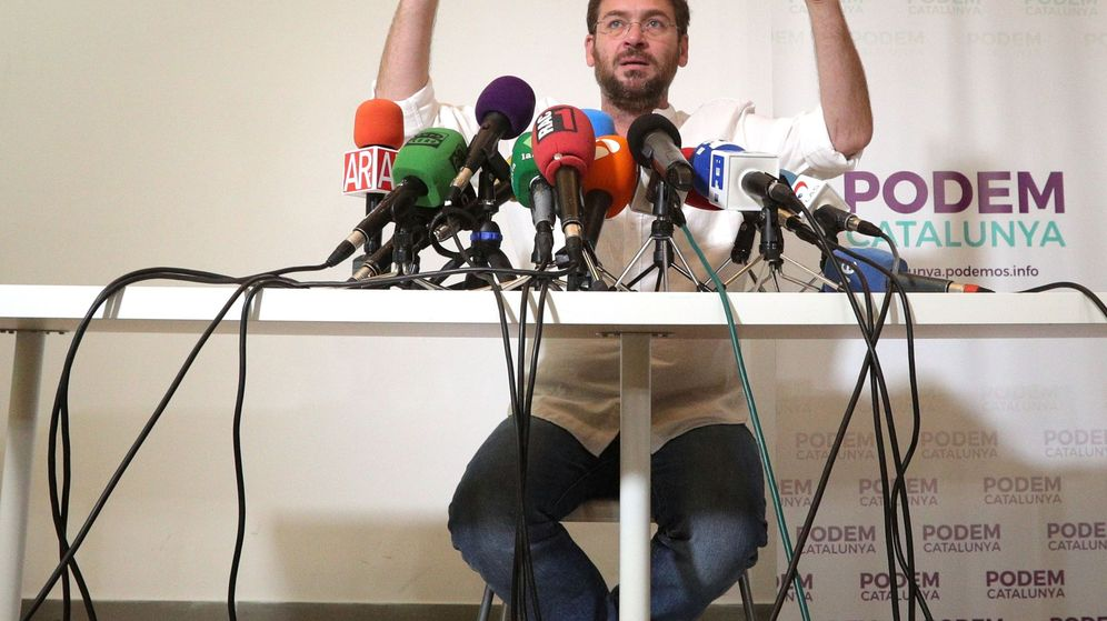 Foto: El secretario general de Podem, Albano-Dante Fachin, durante una rueda de prensa en la sede del partido en Barcelona este martes. (EFE)