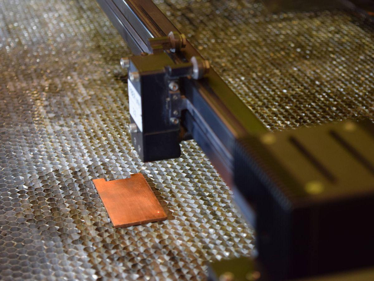 Foto: Un láser se prepara para texturizar la superficie del cobre. Foto: Purdue University photo/Kayla Wiles