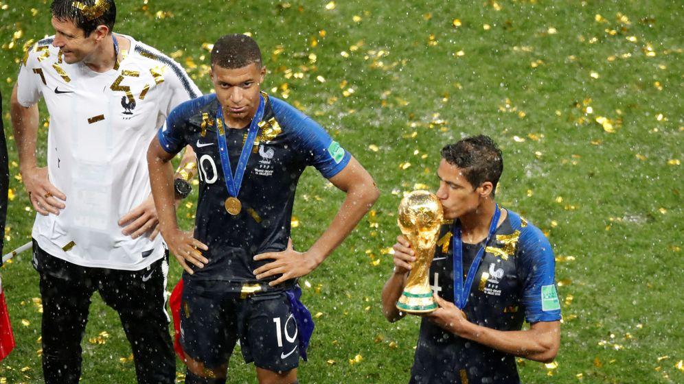 Foto: Varane besa la copa del mundo. (Reuters)