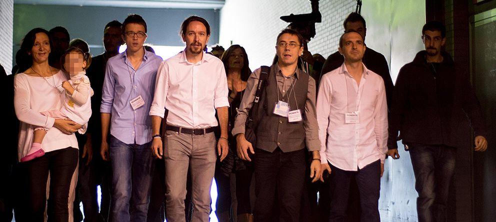 Foto: Pablo Iglesias sube al estrado con una hora de retraso. (Daniel Muñoz)