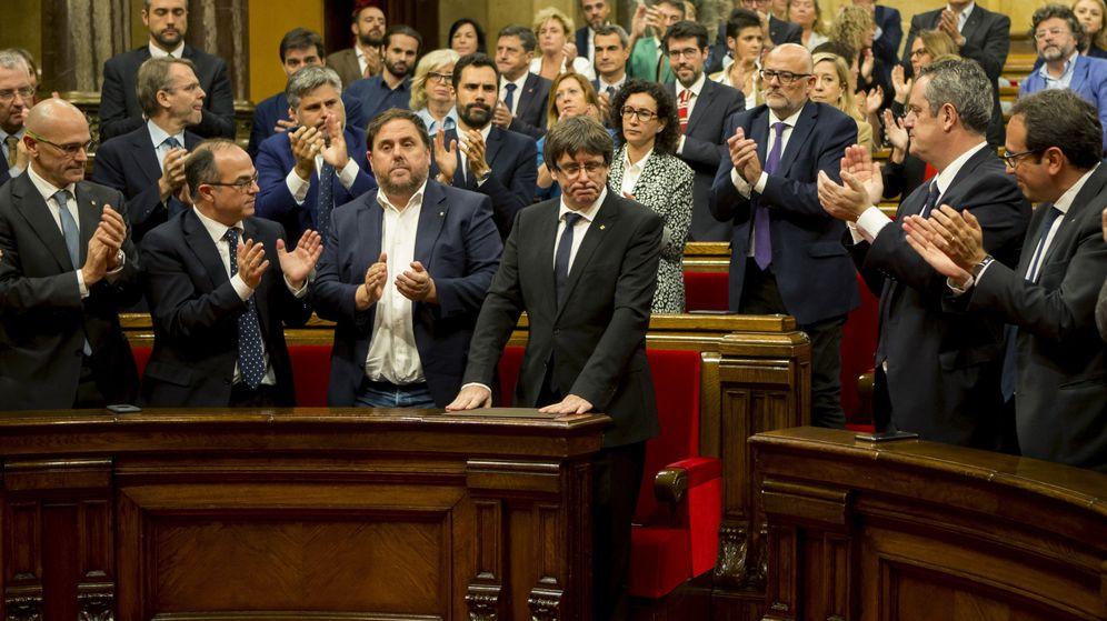 Foto:  El presidente de la Generalitat, Carles Puigdemont (c) tras su discurso ante el pleno del Parlament el pasado 10 de octubre. (EFE)