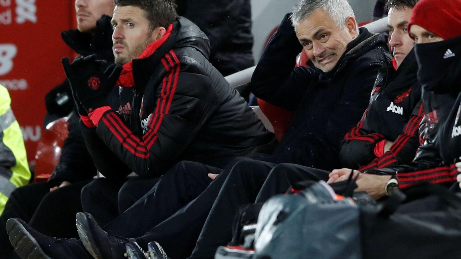 Foto: José Mourinho con gesto de preocupación en el banquillo. (Foto Reuters)