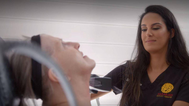 La doctora Nazarian, con una paciente en 'Cambio de piel'. (Netflix)