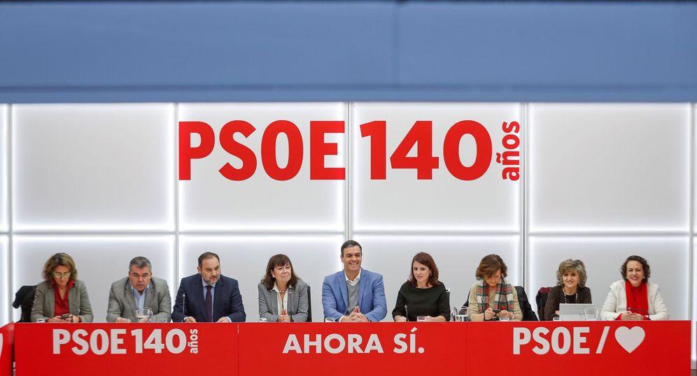 Foto: Pedro Sánchez y su equipo, en la reunión de la ejecutiva federal de este 3 de enero en Ferraz. (EFE)