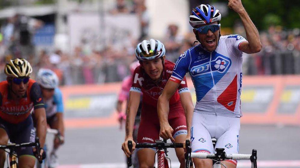 Foto: Pinot entra triunfal en la meta de Asiago. (Giroditalia)