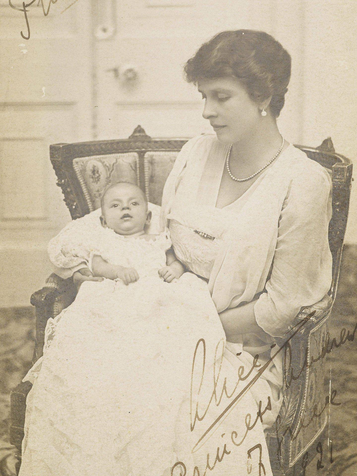 El príncipe Felipe, en brazos de su madre meses después de nacer. (EFE)