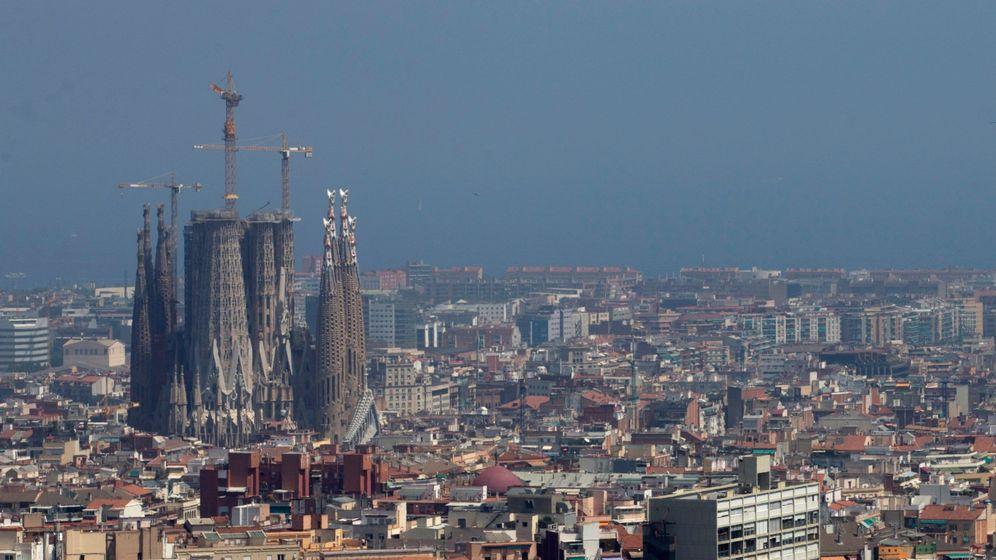Foto: Vista general de la ciudad de Barcelona, con la Sagrada Familia a la izquierda. (EFE)