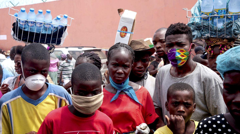 Personas en Luanda (Angole), en busca de agua y alimentos. (Reuters)