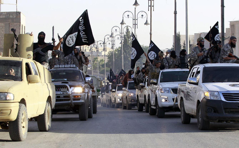 Foto: Milicianos del ISIS durante un desfile por las calles de Raqqa, la 'capital' en Siria del Califato, en junio de 2014 (Reuters).