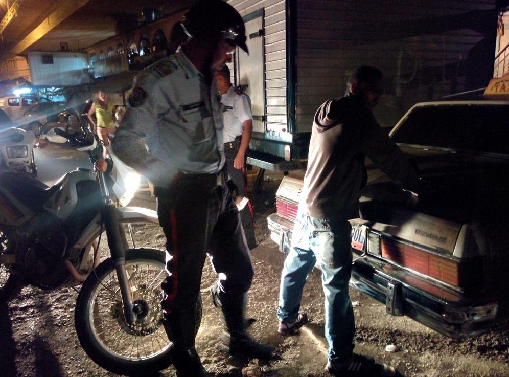 Foto: Un agente de policía durante una detención en el barrio de Petare, el más grande de Venezuela (Foto: A. Hernández).