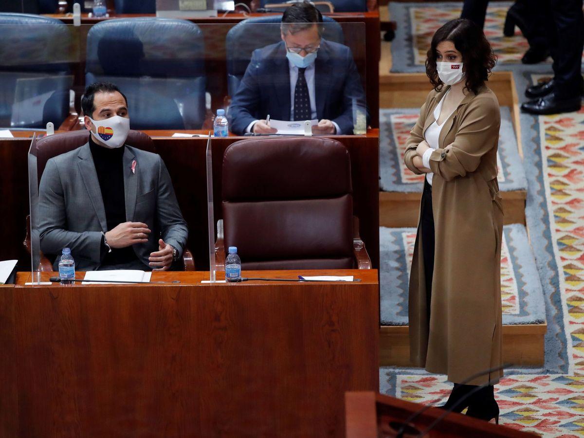Foto: Ignacio Aguado (i) e Isabel Díaz Ayuso frente a una silla vacía. (EFE)