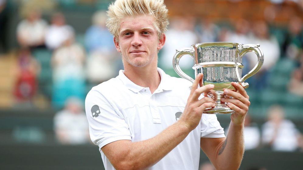 Foto: Alejandro Davidovich posa con su trofeo en Wimbledon. (Reuters)