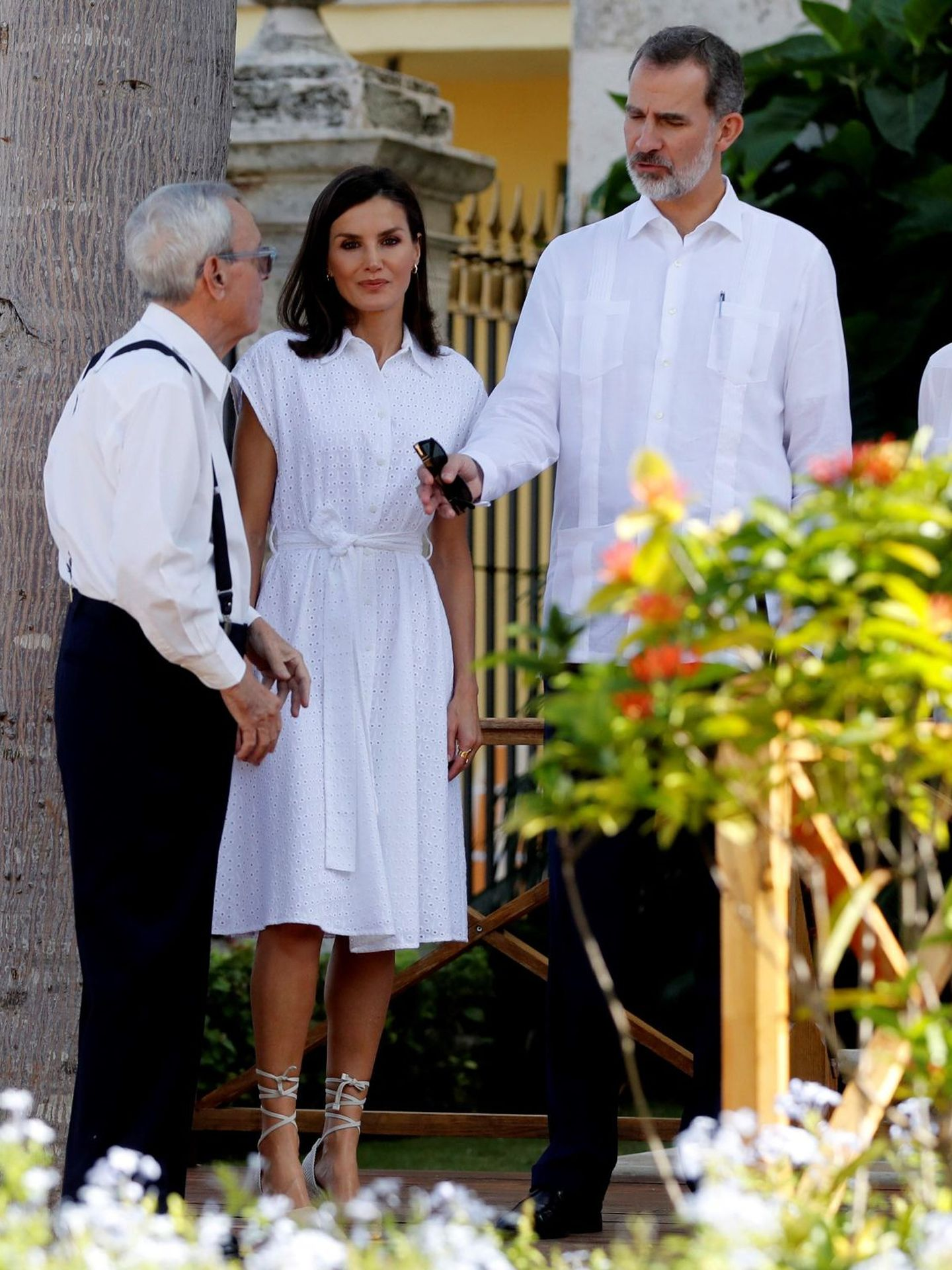 La reina Letizia y el rey Felipe, junto al historiador Eusebio Leal en su visita oficial de tres días a Cuba. (EFE)