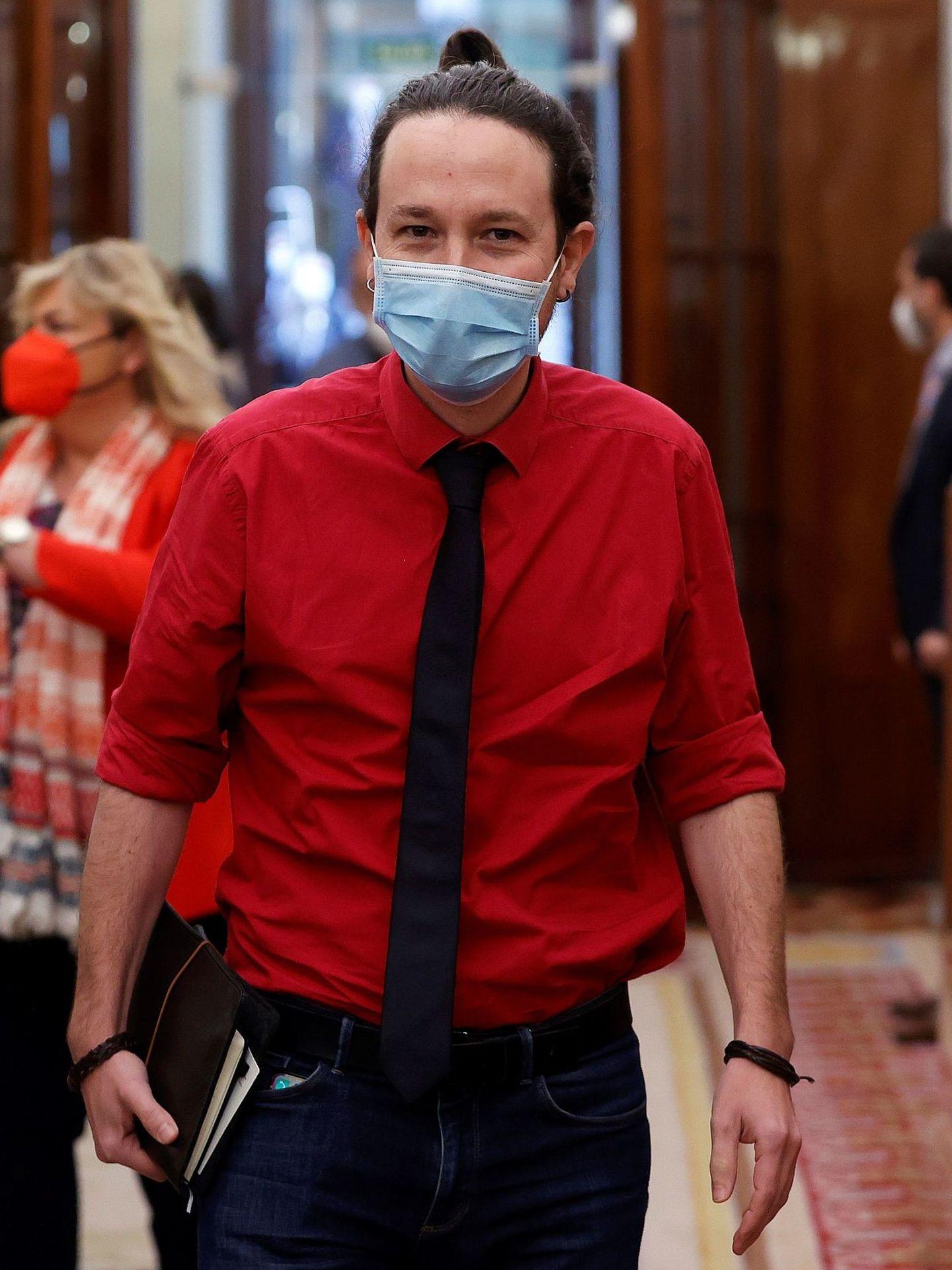 Iglesias, con camisa roja, corbata y sin chaqueta en el Congreso. (EFE)