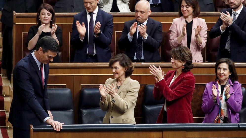 Foto: Pedro Sánchez (i) es aplaudido por Carmen Calvo (2i), Dolores Delgado (2d) y Margarita Robles (d). (EFE)