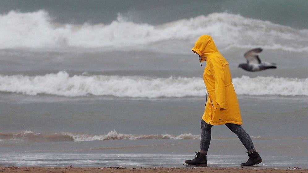 Foto: Una persona pasea por la playa de la Malvarrosa. (EFE)