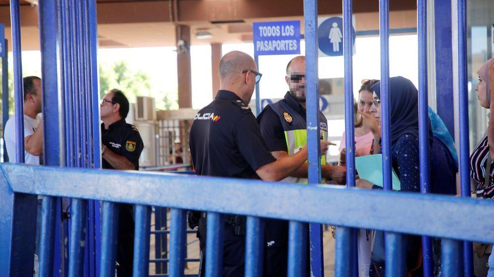 Foto: Control de pasaportes en la frontera de Beni Enzar tras la decisión de Marruecos de cerrar la aduana comercial. (EFE)