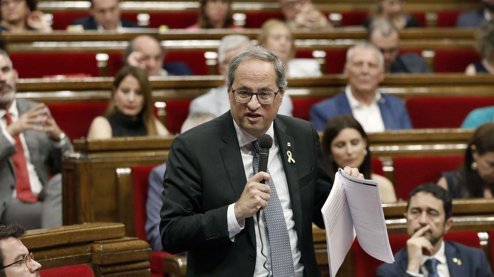 Foto: El presidente de la Generalitat, Quim Torra, contesta a una pregunta de la oposición durante una sesión de control celebrada en el Parlament. (EFE)
