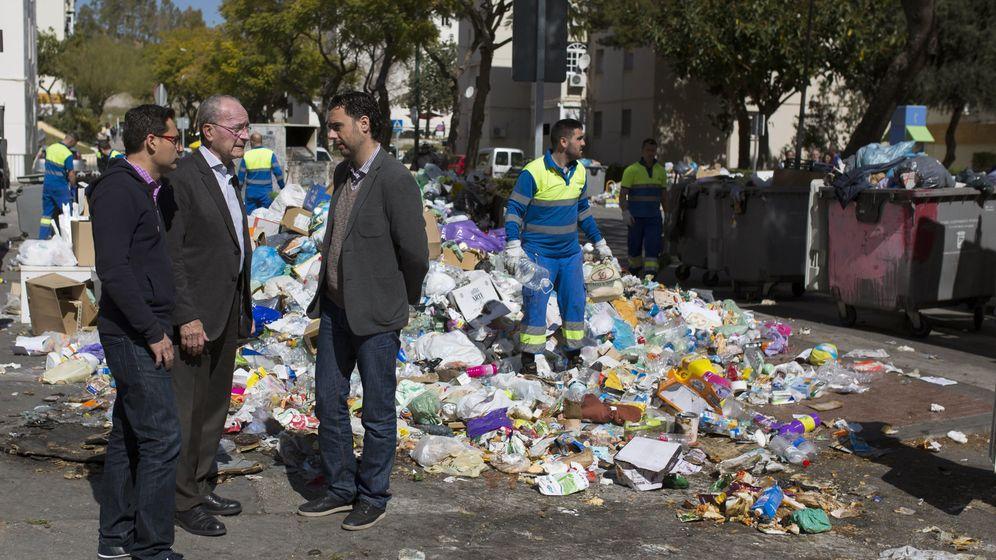 Foto: El alcalde de málaga, Francisco de la Torre, en el centro de la fotografía, durante una huelga de la limpieza en marzo de 2016. (EFE)