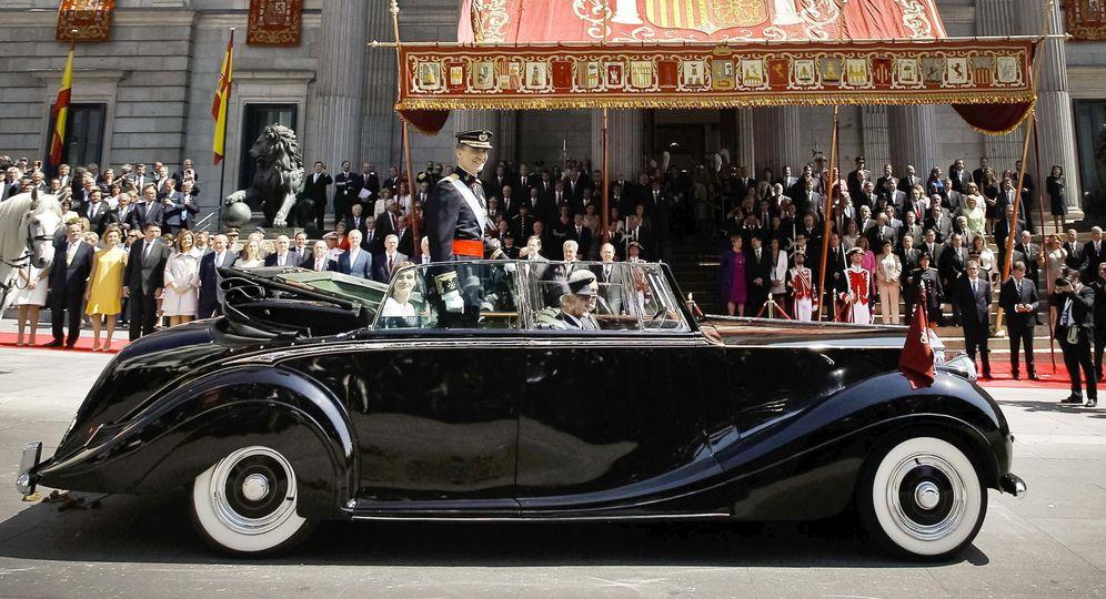 Foto: Los Reyes inician su recorrido tras la proclamación. En el coche los acompaña José Corona junto al chófer. (EFE)