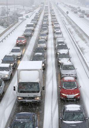 La fuerte nevada que cae sobre Madrid obliga a cortar cuatro carreteras, la A-1, A-2, M-40 y la M-45