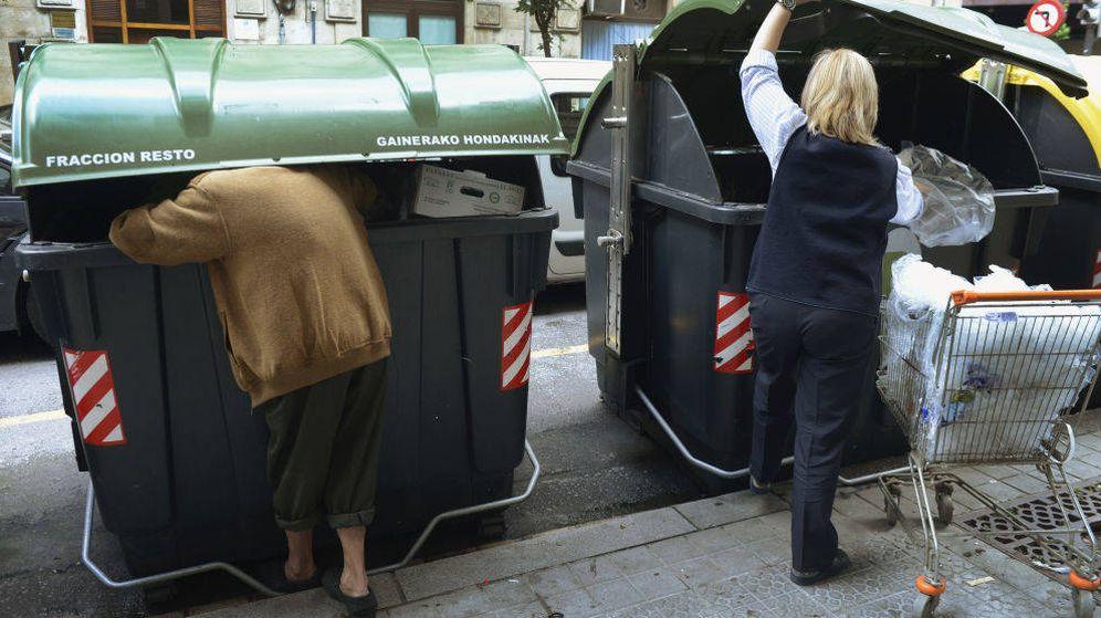 Foto: Un hombre busca comida en un contenedor de Bilbao en una imagen de archivo. (Reuters)