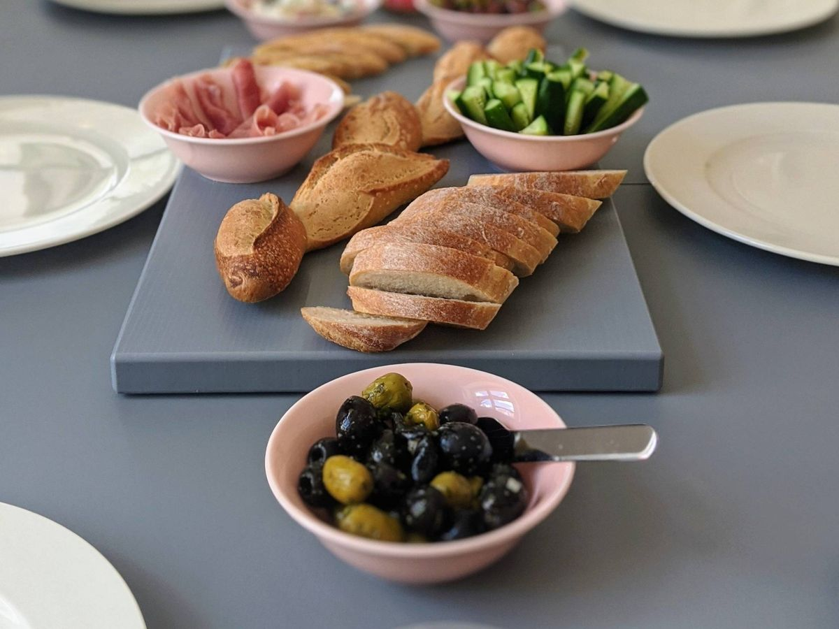 Foto: Aperitivo gourmet sin salir de casa gracias a Amazon. (Alana Harris para Unsplash)