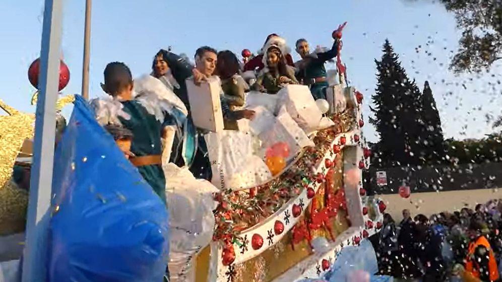 Foto: La carroza de Papá Noel estaba patrocinada por una ferretería que lanzó sus propios regalos (Foto: YouTube)
