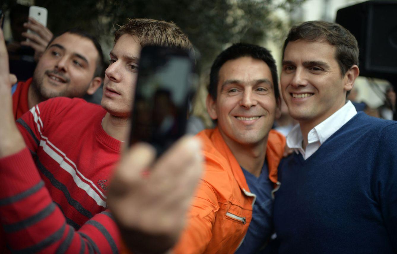 Albert Rivera se hace fotos con varios ciudadanos. (EFE)