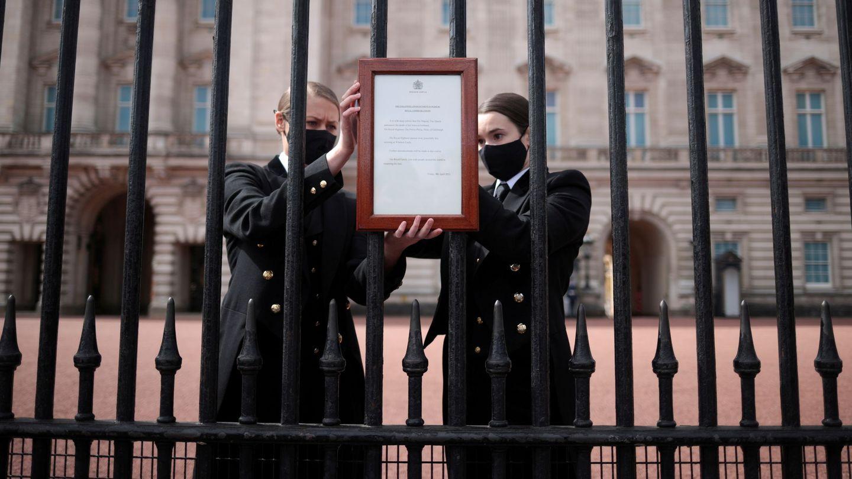 Las puertas del palacio de Buckingham, este viernes. (Reuters)