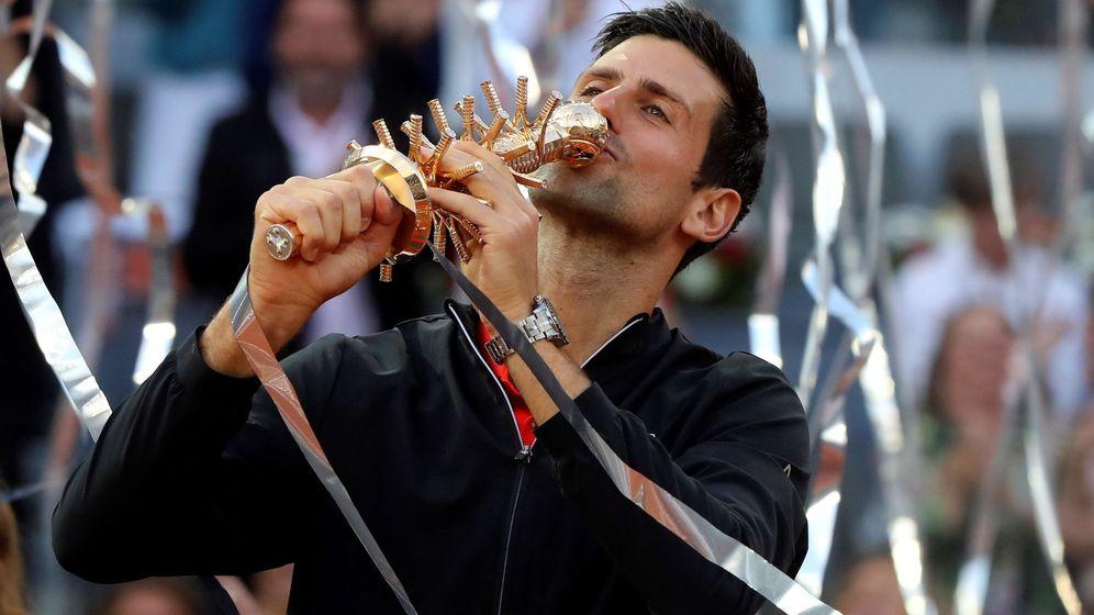 Foto: Djokovic besa el trofeo como vencedor del Master 1.000 de Madrid. (EFE)
