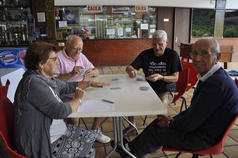 Foto: Un grupo de emigrantes gallegos en la Casa de España en Río de Janeiro, Brasil (Foto: Valeria Saccone).