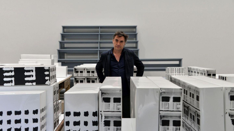 Jordi Colomer posa junto a su obra 'Unete-Join Us!', en el pabellón de España en la víspera de la inauguración de la 57 edición de la Bienal de Venecia. EFE