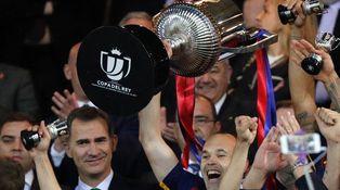 Messi, Iniesta y Piqué deben pedir públicamente que no se silbe al himno