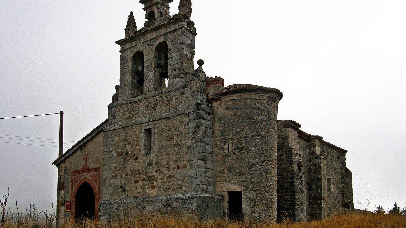 Foto: Iglesia de San Miguel Arcángel, en el pueblo de Villacibio, antes del robo de las campanas.
