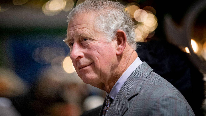 Un trabajador desmayado, un príncipe Carlos impasible y un vídeo viral