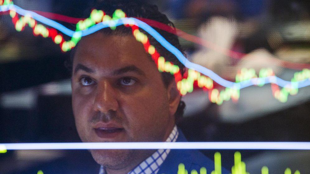 Foto: Un 'trader' mira las pantallas en Wall Street. (Reuters)