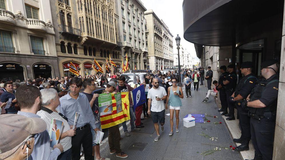 Foto: Agentes de la Guardia Civil y manifestantes, ante la puerta de la sede de la Conselleria de Asuntos Exteriores. (EFE)